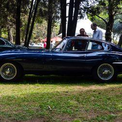 """El Jaguar E-Type - considerado como el más icónico auto deportivo inglés de la historia - fue introducido al mercado en 1961. Su construcción monocasco, líneas curvas, suspensión independiente y discos de frenos en las cuatro ruedas - además de una velocidad tope de 240km/h - lo convirtieron en un hito desde el inicio. En marzo de 1961, el mismísimo Enzo Ferrari lo calificó como """"el auto más bello del mundo""""."""