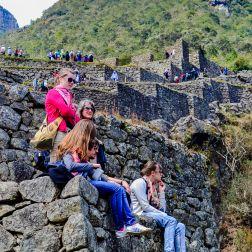Turistas apreciando el paisaje del río Urubamba, decenas de metros más abajo, desde las partes altas de la ciudadela.