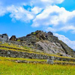 Vista de la Plaza Principal de Machu Picchu, mirando al Templo de las Tres Ventanas y el Intihuatana.