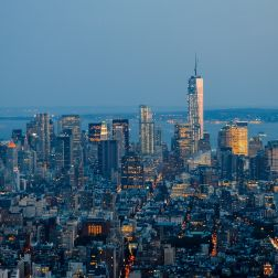 Downtown Manhttan, destacando el One World Trade Center.