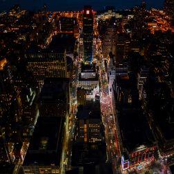 Vista nocturna hacia el oeste, entre las calles 33 y 34, que flanquean el edificio.