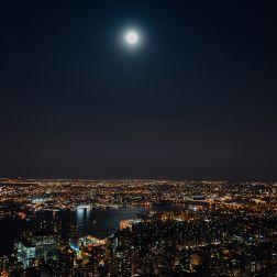 La luna ilumina los barrios de Queens y Brooklyn al otro lado del East River.