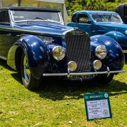 El Delage D8 era considerado un auto de lujo en su tiempo; introducido en 1928, este auto francés de 8 cilindros era vendido en chasis, para ser luego carrozado, de diversas formas, por los más famosos diseñadores de la época. Este modelo en particular, data del año 1939, y posee una carrocería Cabriolet (descapotable) diseñada por Henri Chapron.