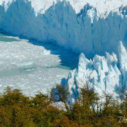 Toma frontal del punto en que hielo y tierra se encuentran.