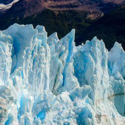 Formaciones de Hielo en la pared del glaciar, formadas a lo largo de muchos años de congelamiento natural.
