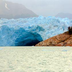 Vista de la bóveda de hielo que forma el Perito Moreno al chocar con tierra firme.