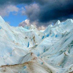 Foto tomada en la caminata guiada sobre el glaciar. Nótese la irregularidad del terreno.