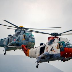 Helicópteros del Escuadrón Aeronaval n°22, para tareas de exploración y combate (SH-3D, atrás) y multipropósito (UH-3H, adelante)
