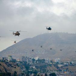 Toma abierta de la flota de helicópteros del Ejercito del Perú, sobrevolando la Costa Verde.