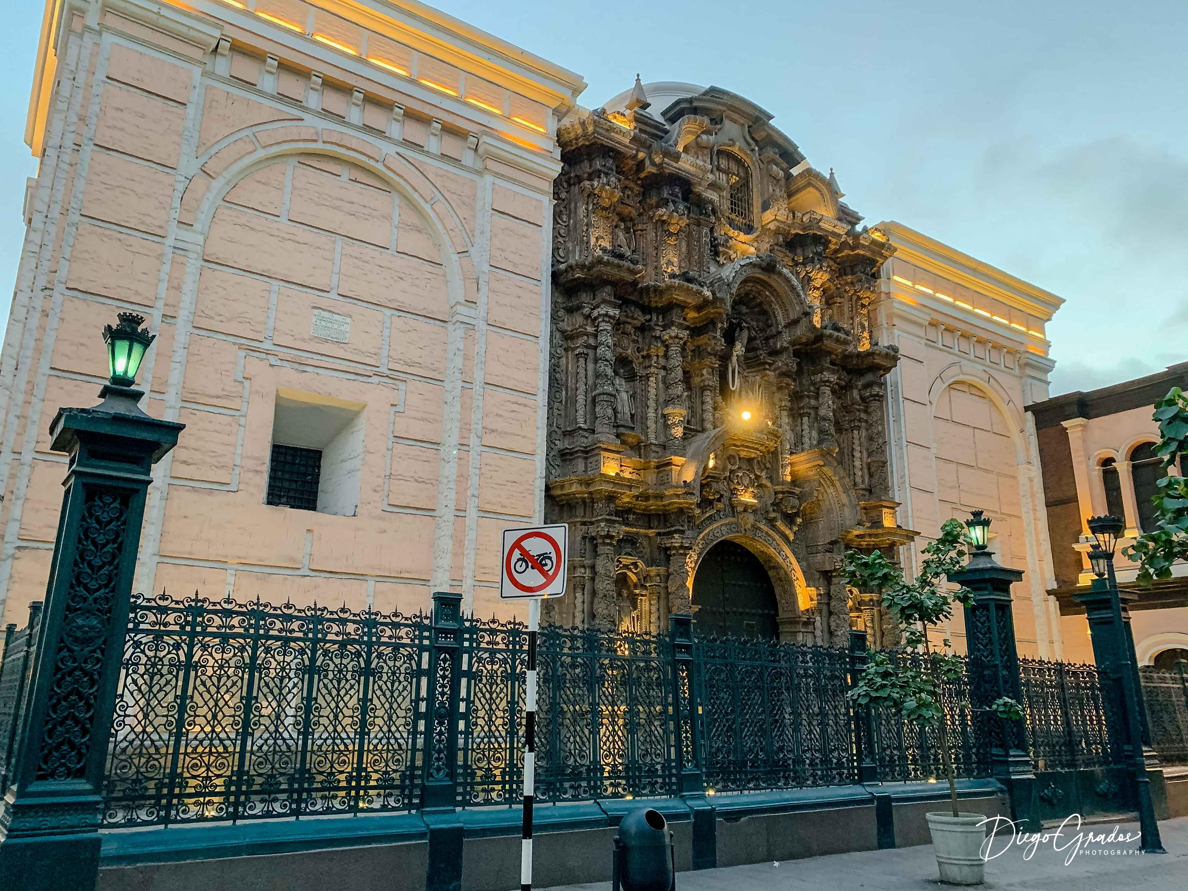 La Basílica Menor y Convento de San Agustín es otro de los antiguos templos de la capital. Destaca por no tener campanarios altos, como si lo tienen otras iglesias de la ciudad. Junto con la portada de La Merced, son los únicos dos portadas de estilo barroco churrigueresco que quedan en Lima.